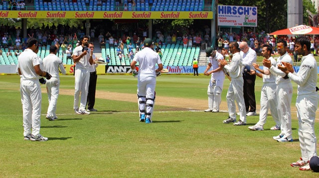 Jacques Kallis gets guard of honour from Dhoni and Co.