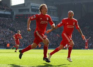 Kuyt treble dents United's title hopes