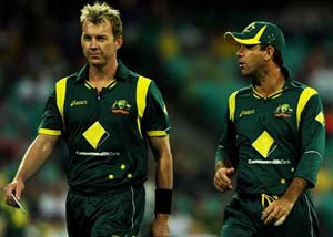Brett Lee wants to bowl despite broken foot