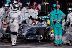 Lewis Hamitlon's Australian GP brought to an end by an engine failure