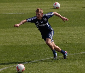 Lewis Holtby's late winner eases pressure on Andre Villas-Boas