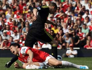 Penalty drama dents Arsenal's title bid