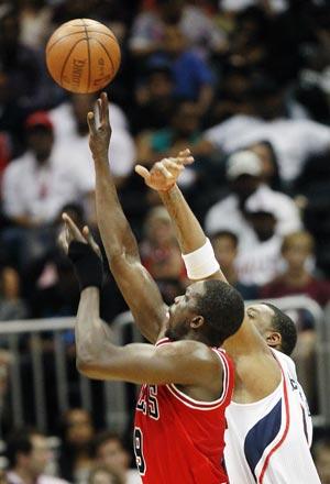 Bulls thrash Hawks on the road