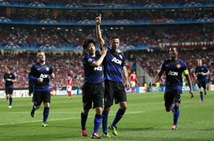 Giggs helps Man United draw against Benfica