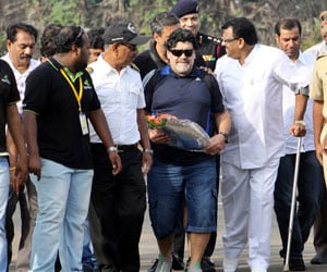 Diego Maradona arrives in Kochi to tumultuous welcome