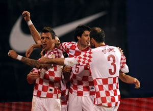 Ten-man Croatia qualify for World Cup