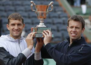 Nestor, Mirnyi beat Bryans for French Open title