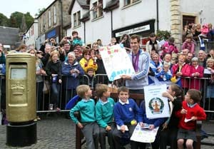 Andy Murray receives rousing welcome in hometown