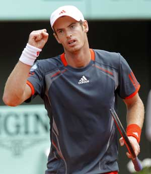 Andy Murray survives injury scare to advance at French Open