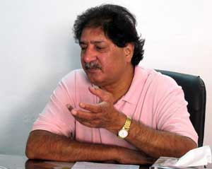 Ata-ur-Rehman threatens to sue Sarfaraz Nawaz for defaming him
