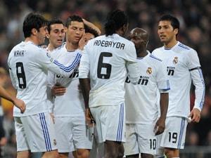 Ronaldo's brace keeps Real on Barcelona trail
