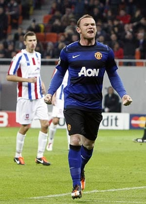 Rooney penalty rescues United in Champions League