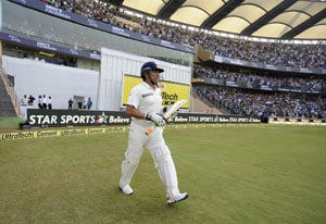 Sachin Tendulkar greeted by ecstatic crowds on his way to bat