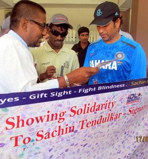 Sachin Tendulkar, MS Dhoni visit blind foundation in Bangalore