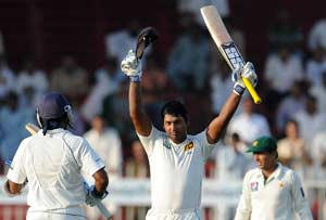 3rd Test: Sangakkara puts pressure on Pakistan