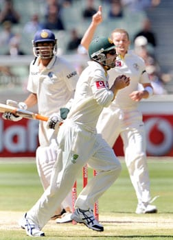 Cowan pokes Siddle, Tendulkar leaves for four