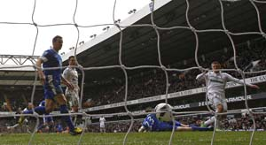 Sigurdsson helps Spurs keep Everton at bay