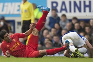EPL: Kevin Mirallas expected red card for Luis Suarez foul