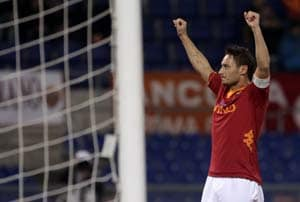 Totti breaks goal record; Juventus go clear at top
