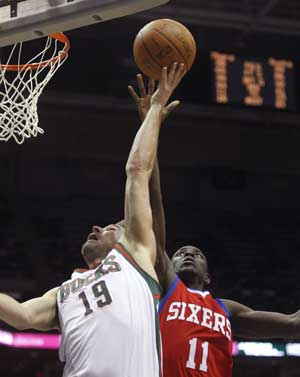 Udrih hits late jumper as Bucks beat 76ers 97-93