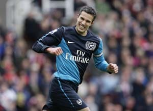 Van Persie rescues Arsenal against Stoke