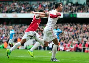 Van Persie double lifts Arsenal