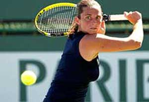 Top-seeded Vinci reaches second round