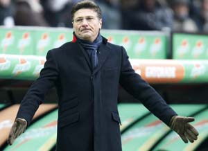 CAS lifts Napoli coach Mazzarri's touchline ban
