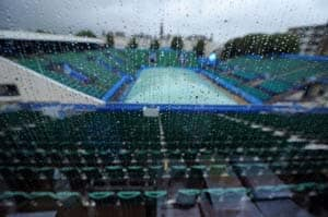 Rain forces centre court roof to close