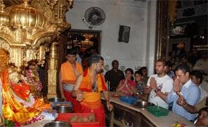 Yuvraj Singh prays at Siddhivinayak temple